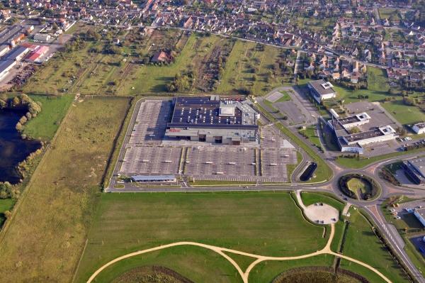 Hypermarché, collége et stade à proximité